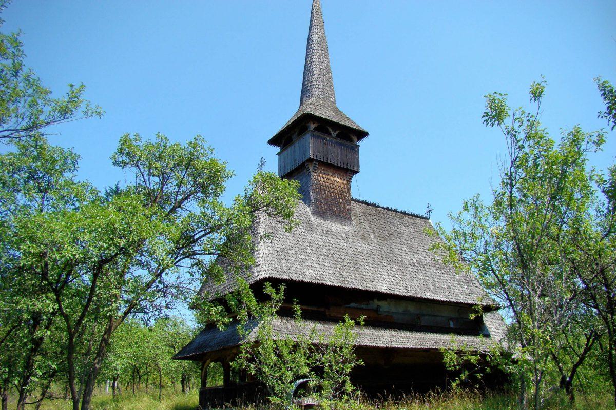 Die eindrucksvolle Holzkirche von Bârsana im Norden Rumäniens zählt zu den acht Holzkirchen der Maramureș, die zum UNESCO-Weltkulturerbe erklärt wurden - © ȚetcuMirceaRareș CC BY-SA3.0RO/W