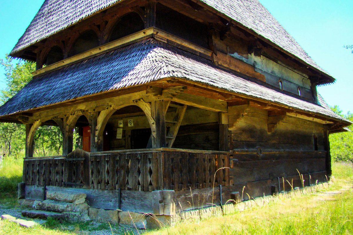 Die Holzkirche von Bârsana, Rumänien, war ursprünglich die Klosterkirche von Bârsana und steht erst seit 1806 auf ihrem heutigen Platz - © ȚetcuMirceaRareș CC BY-SA3.0RO/W
