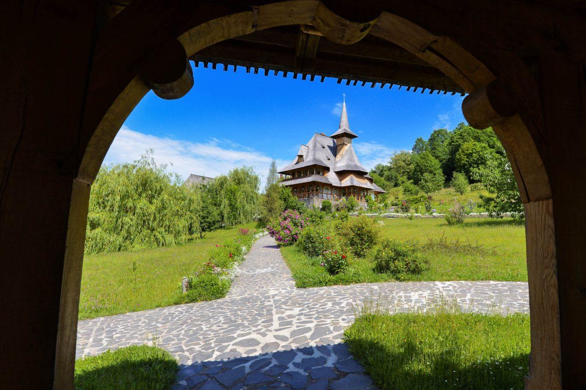 Inmitten eines idyllischen Gartens ragen die eindrucksvollen Holzbauten des Bârsana-Klosters in den Himmel, Rumänien - © FRASHO / franks-travelbox