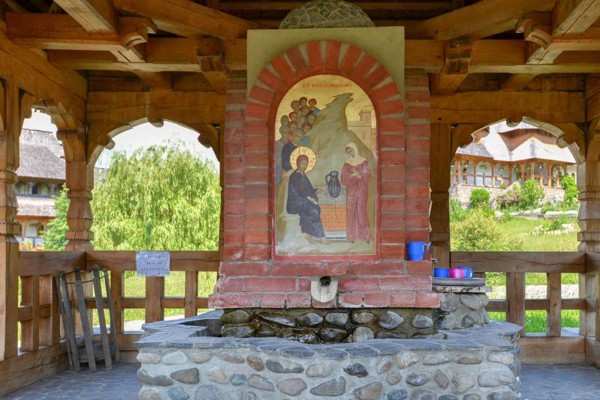 Kunstvoller Brunnen inmitten der idyllischen Klosteranlage von Bârsana, Rumänien - © FRASHO / franks-travelbox