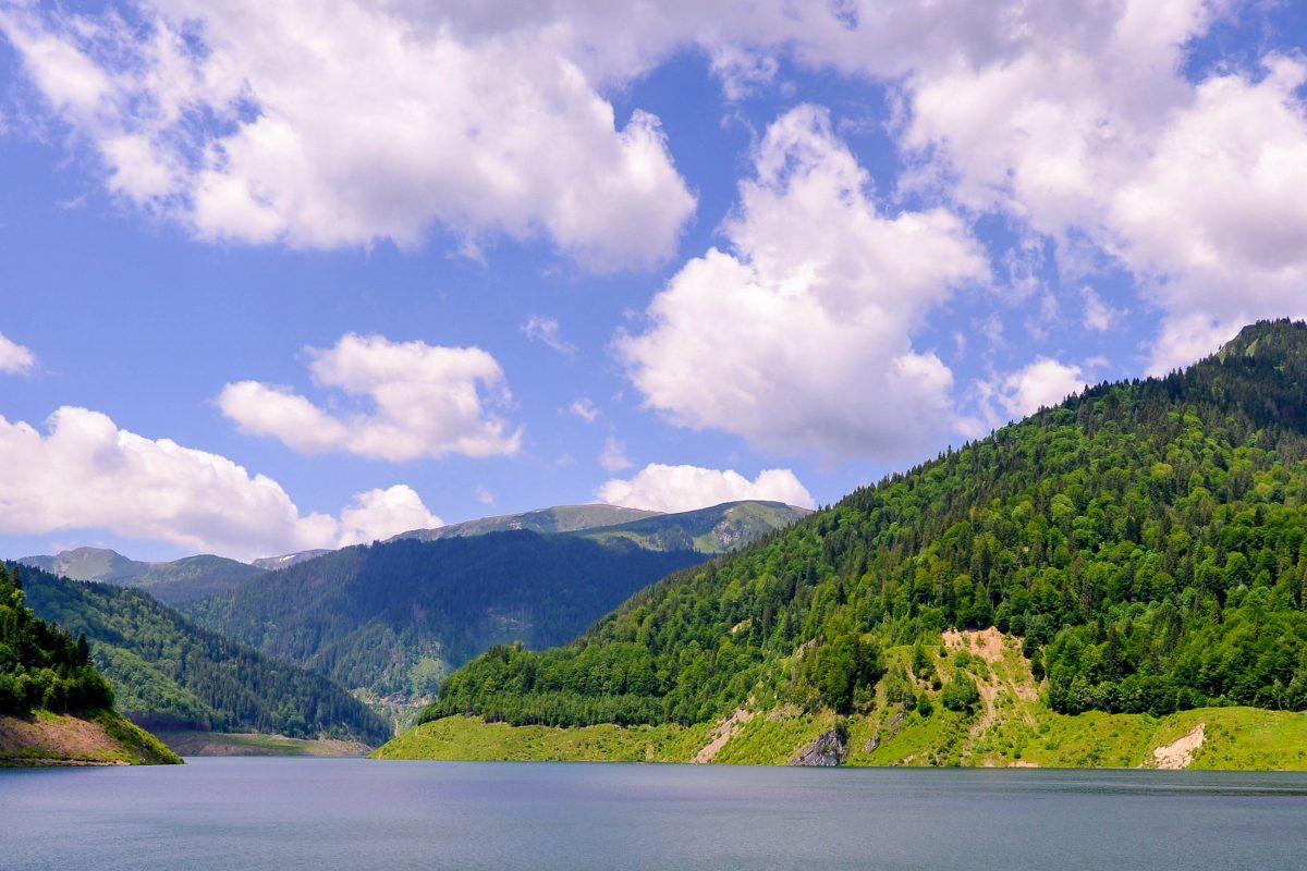 Blick auf den Stausee Gura Apelor, der am südwestlichen Rand des Nationalparks liegt und über eine Asphaltstraße zugänglich ist, Rumänien - © FRASHO / franks-travelbox