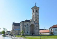 Blick auf die römisch-katholische Kathedrale von Alba Iulia, die Sitz des Erzbistums der Stadt ist, Rumänien - © FRASHO / franks-travelbox