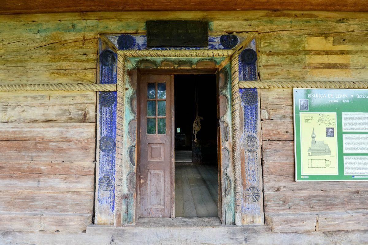 Das Eingangsportal der Holzkirche von Botiza weist die typischen Merkmale eines Maramureș-Tores auf, Rumänien - © FRASHO / franks-travelbox