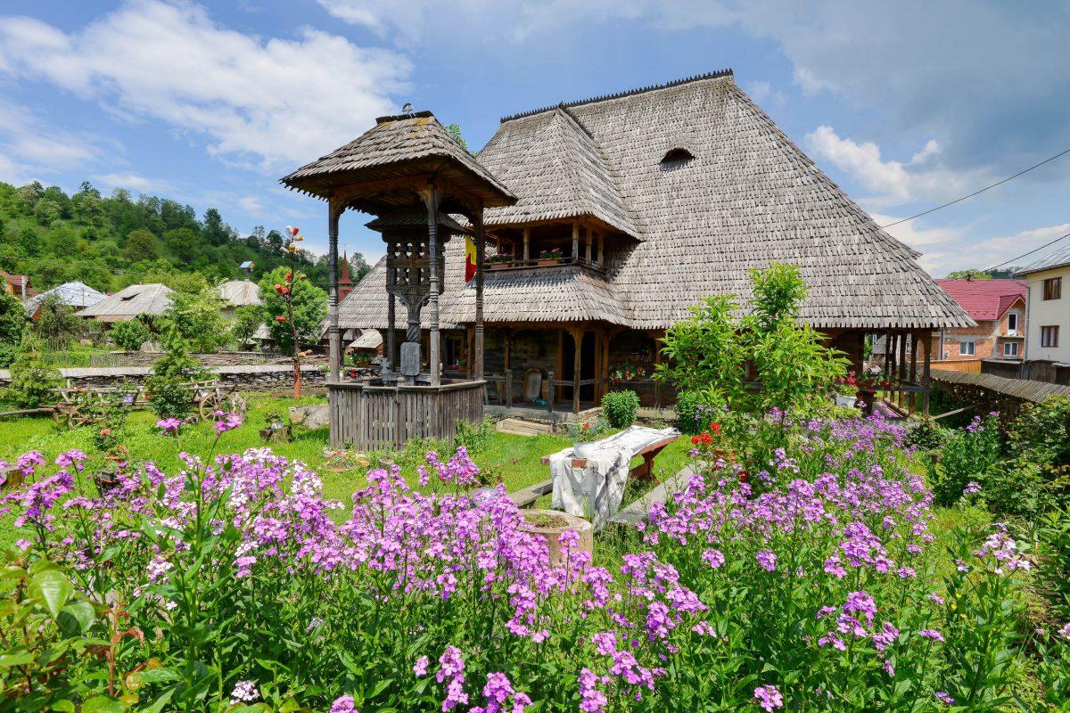 Das Museumshaus von Botiza zeigt nicht nur, wie ein echtes Maramureș-Haus aussieht, sondern fungiert auch als Pension, Touristeninformation und Textil-Werkstätte, Rumänien - © FRASHO / franks-travelbox