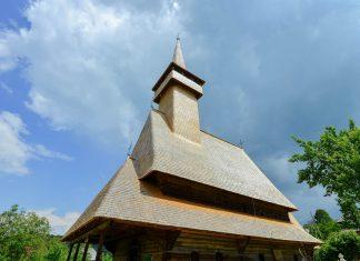 Die Holzkirche von Botiza besteht zur Gänze aus Eichenholz und wurde um die Jahrtausendwende großzügig renoviert, Rumänien - © FRASHO / franks-travelbox