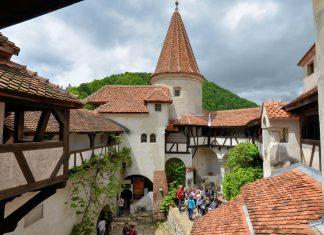 Das Schloss von Bran in Rumänien passt verblüffend genau auf die Beschreibung des Schlosses von Bram Stokers Dracula - © FRASHO / franks-travelbox