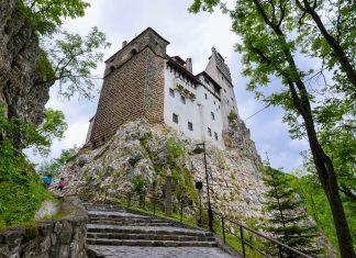 """Das stolze Schloss in der Ortschaft Bran hat international den Ruf als """"Dracula-Schloss"""" und ist die meistbesuchte Sehenswürdigkeit Rumäniens - © FRASHO / franks-travelbox"""