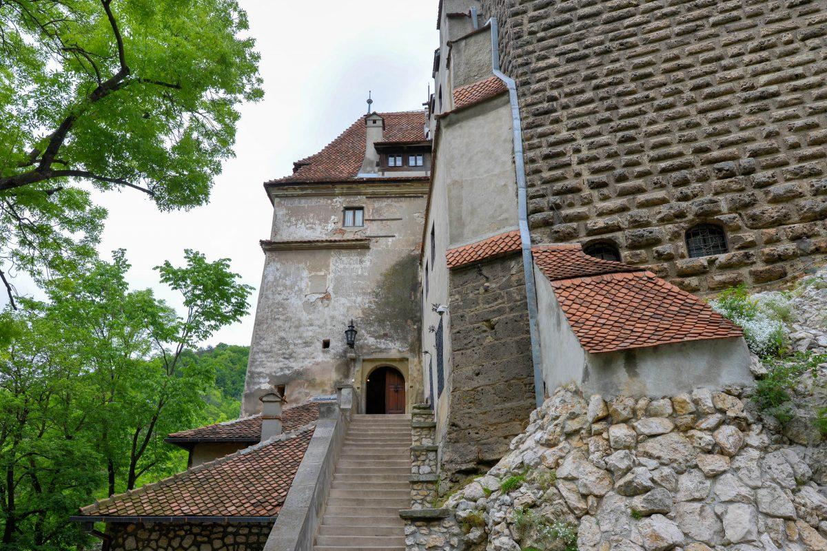Eingang zum Schloss Bran in Rumänien, international bekannt als der Wohnsitz von Bram Stokers Dracula - © FRASHO / franks-travelbox