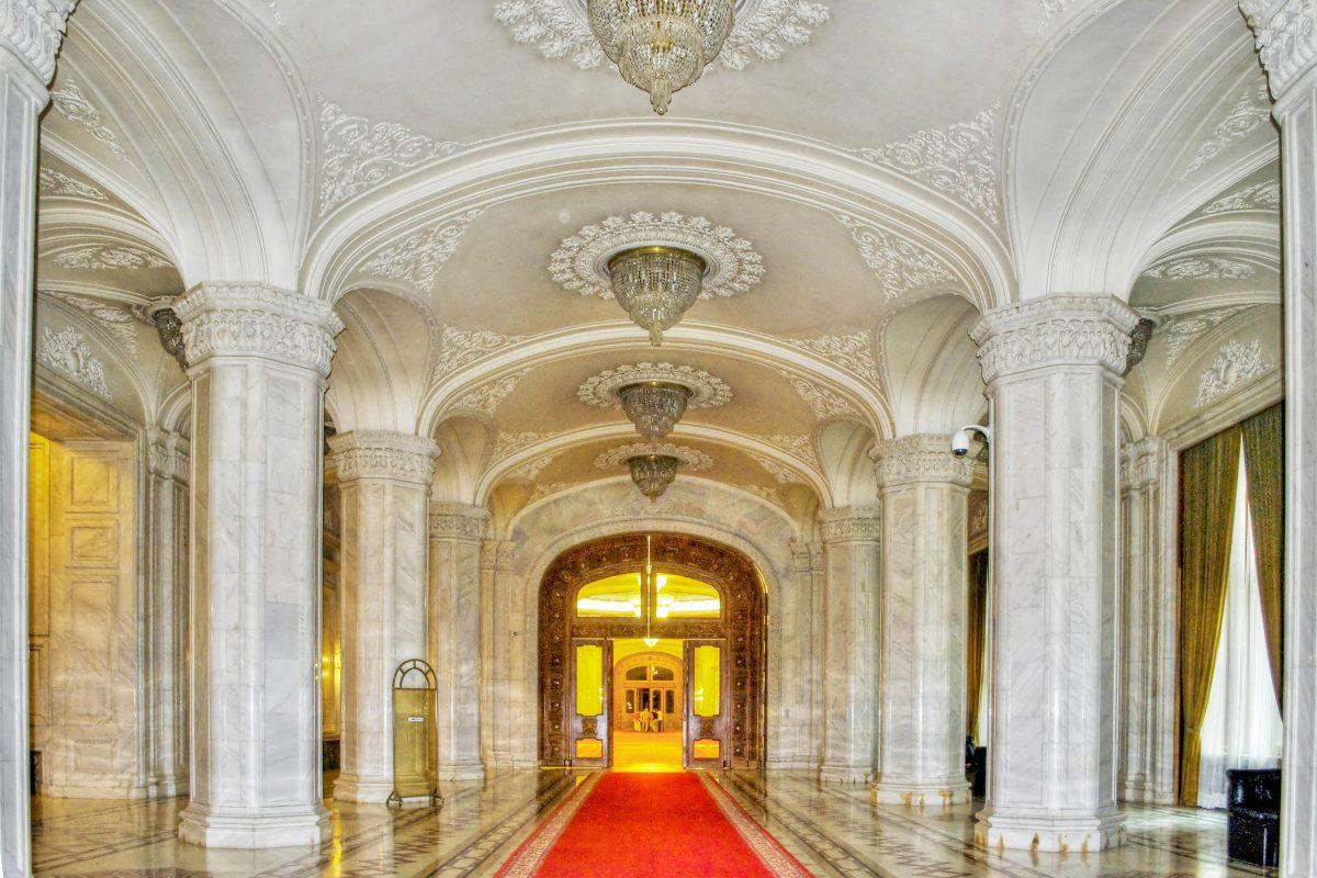 Besichtigungstouren durch den Paralamentspalast dauern zwischen zwei und drei Stunden und führen durch die schönsten Galerien und Säle sowie auf den Balkon des Palastes, Bukarest, Rumänien - © Little_Desire / Shutterstock