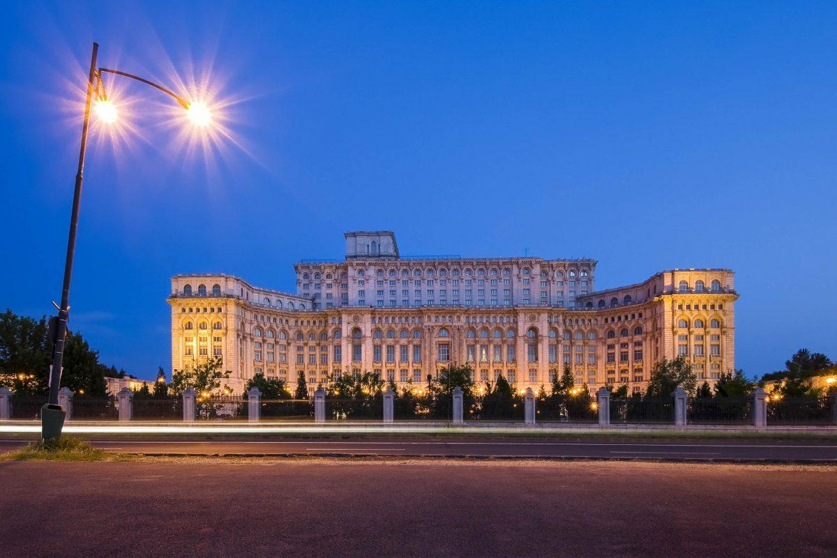 Das prachtvolle äußere Erscheinungsbild des Parlamentspalastes in Bukarest bietet vor allem des Nachts einen unvergesslichen Anblick, Rumänien - © Ioan Panaite / Shutterstock