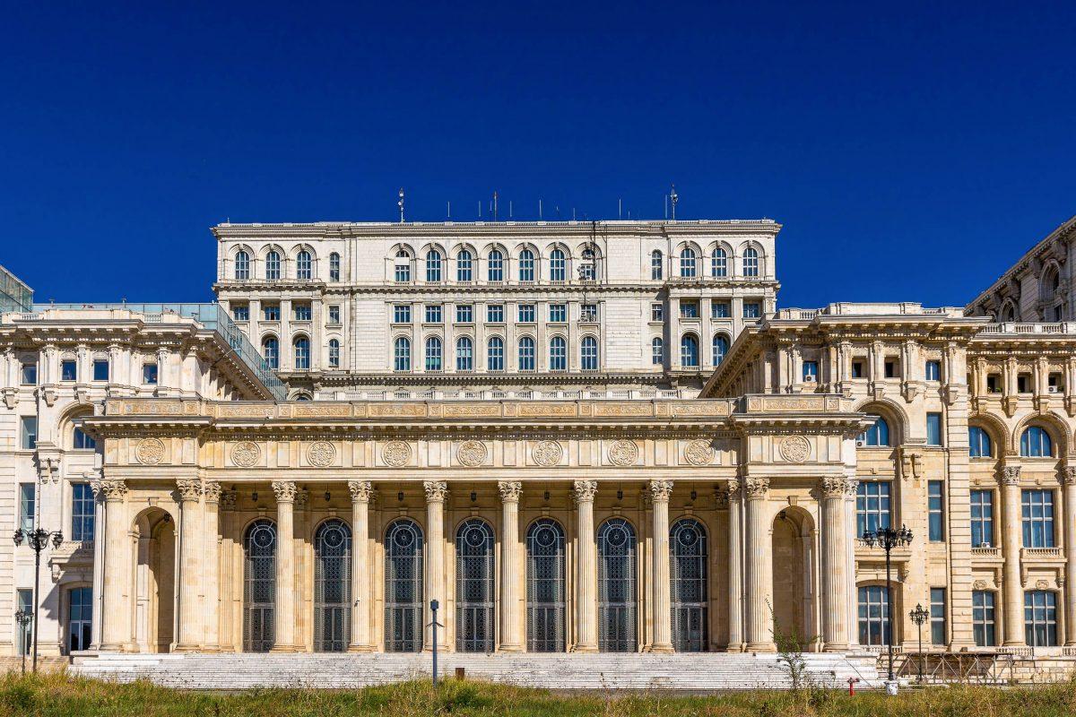 Dem Bau des Parlamentspalastes in Bukarest mussten Ende der 1970er-Jahre Wohnhäuser mit rund 40.000 Wohnungen, über 20 Kirchen und sechs Synagogen weichen, Rumänien - © Leonid Andronov / Shutterstock