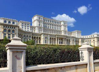 Der Parlamentspalast in der rumänischen Hauptstadt Bukarest hat wahrlich das Recht, sich als Palast zu bezeichnen; er zählt zu den größten Bauten der Welt - © Tupungato / Shutterstock