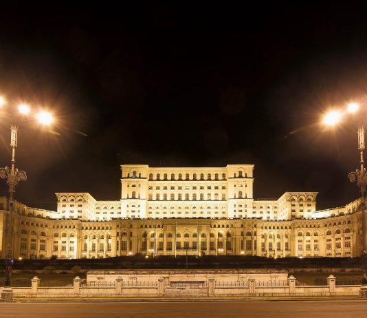 Der Parlamentspalast ist von außen - besonders bei nächtlicher Beleuchtung - eindrucksvoll anzuschauen, Bukarest, Rumänien - © vallefrias / Shutterstock
