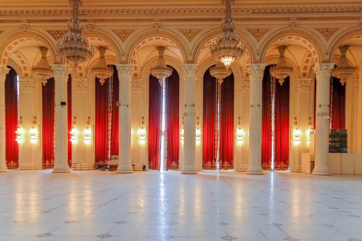Eine gewisse Ähnlichkeit mit dem französischen Schloss Versailles ist dem Parlamentspalast in Bukarest nicht abzusprechen, Rumänien - © Narcis Parfenti / Shutterstock