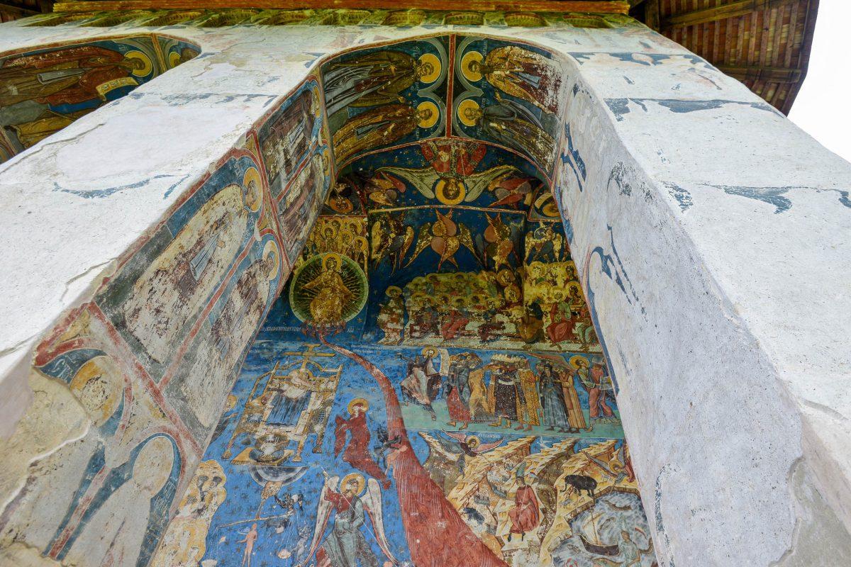 Da die Fresken hinter den Bögen besser geschützt waren, sind sie hier auch besser erhalten, als an den Außenmauern des Klosters Humor, Rumänien - © FRASHO / franks-travelbox