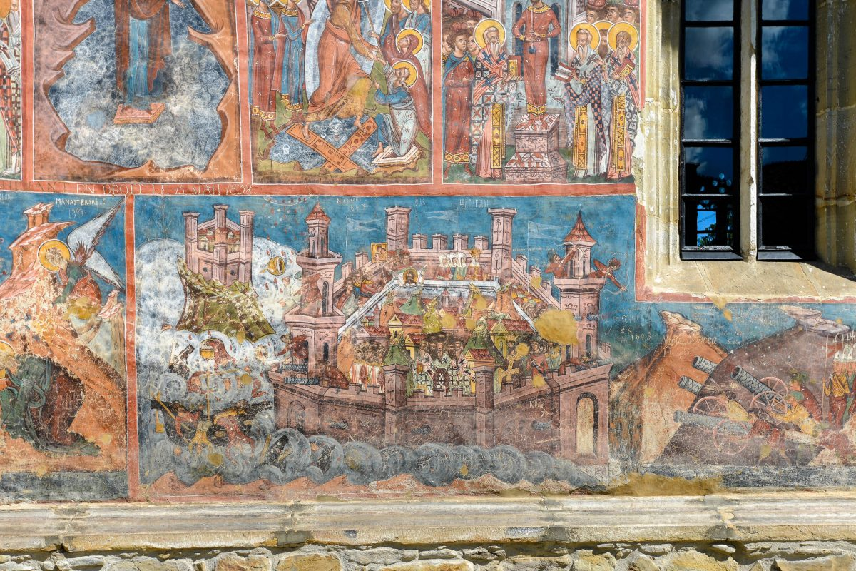 Das bekannteste Fresko am Kloster Moldovița ist die fantastische Darstellung der Belagerung Konstantinopels an der Südfassade, Rumänien - © FRASHO / franks-travelbox
