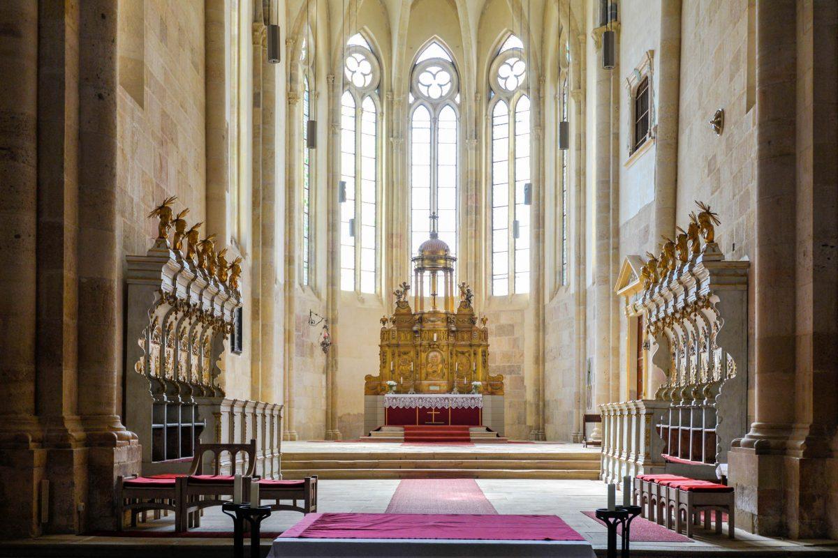 Das geschnitzte Chorgestühl und der goldene Altar sind die einzige Zierde im schlichten Altarraum der katholischen Kathedrale von Alba Iulia, Rumänien - © FRASHO / franks-travelbox