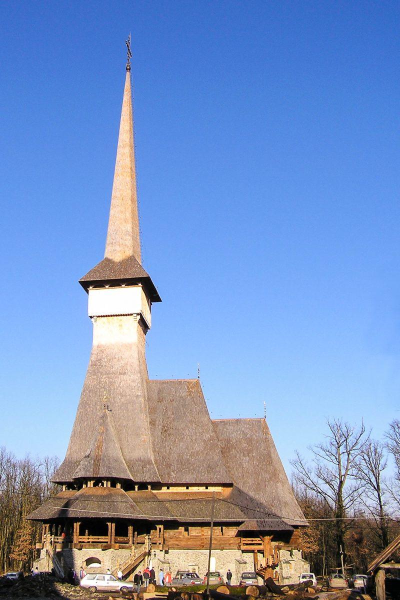 Das Kloster Peri in Sapânta ist mit einer Höhe von 78m das weltweit höchste Gebäude aus Eichenholz, Rumänien - © Dan Tataru / Shutterstock