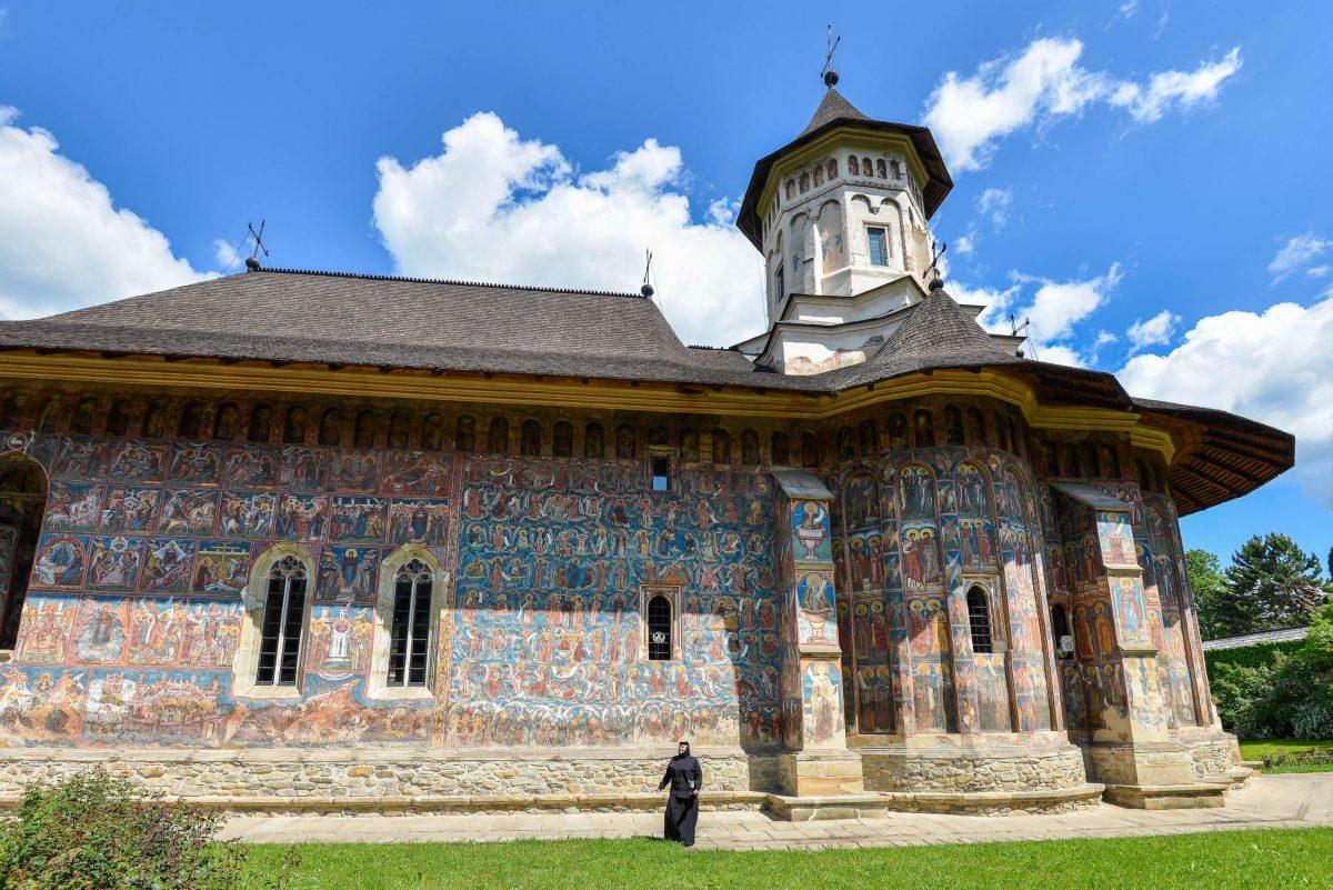 """Das Moldovița-Klosters wurde von einer heimischen Nonne einst treffend als """"Heilige Schrift in Farbe"""" bezeichnet, Rumänien - © FRASHO / franks-travelbox"""