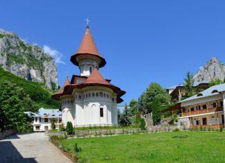 Das rumänisch-orthodoxe Kloster Râmeț fügt sich rund 40km nördlich von Alba Iulia malerisch in die schroffen Felsen des Trascău-Gebirges ein, Rumänien - © FRASHO / franks-travelbox