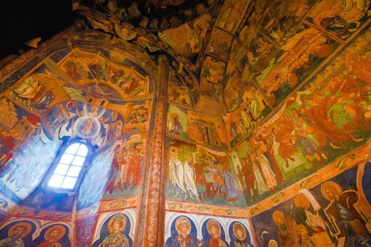 Der Innenraum der Kirche von Arbore ist zur Gänze mit farbenprächtigen Motiven übersät, Rumänien - © FRASHO / franks-travelbox
