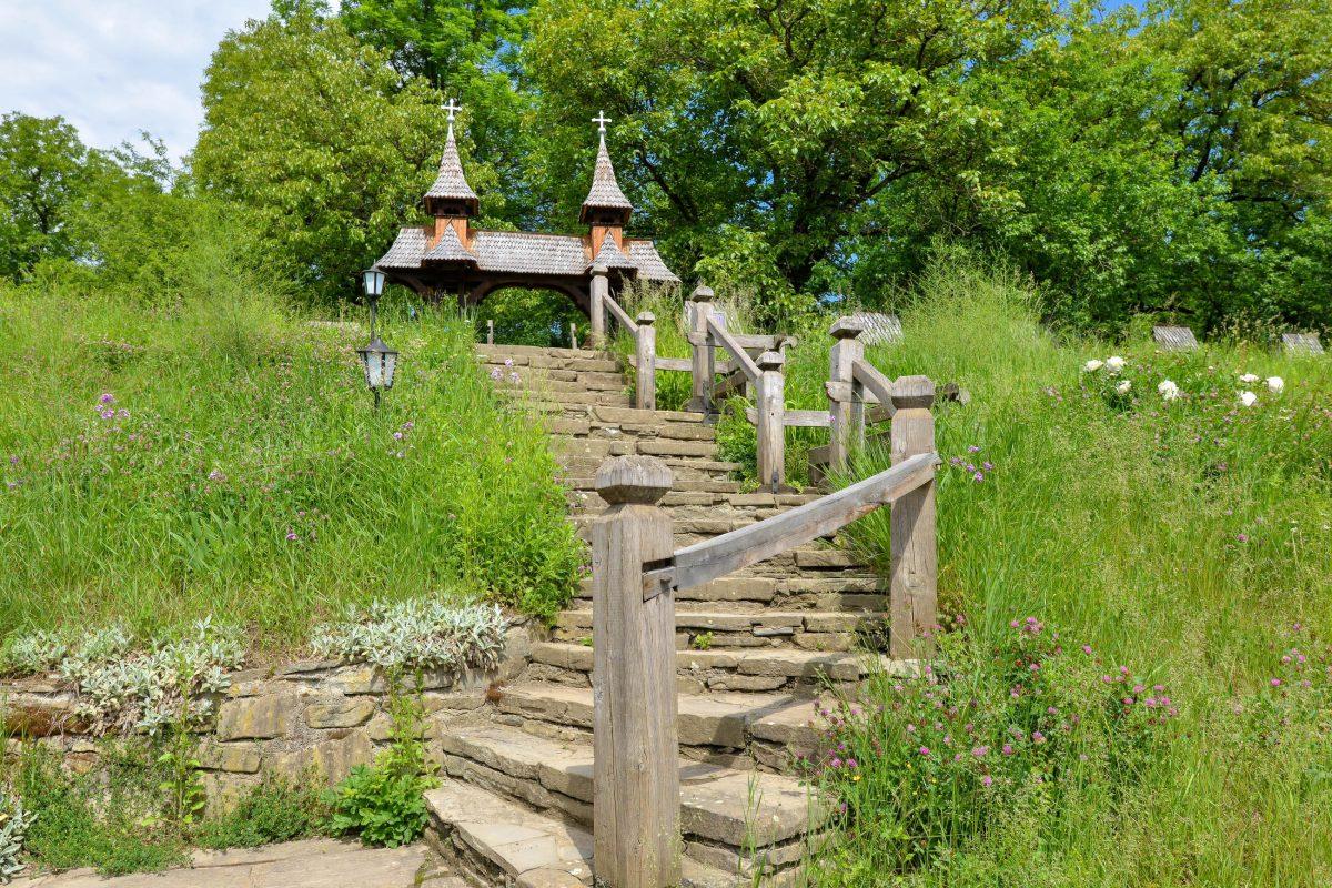 Der Aufstieg auf den Friedhofshügel zur Holzkirche von Deseşti erfolgt über eine idyllische Steintreppe, Rumänien - © FRASHO / franks-travelbox