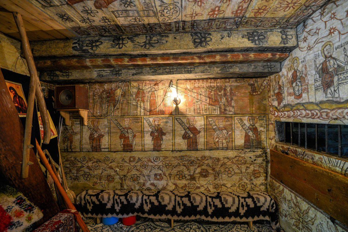 Der Innenraum der Holzkirche von Deseşti besteht aus drei Räumen, die über und über mit kunstvollen Malereien bedeckt sind, Rumänien - © FRASHO / franks-travelbox