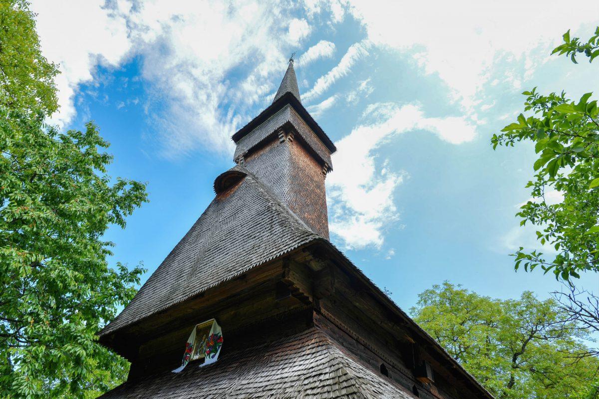 Die Holzkirche von Deseşti in Rumänien wurde gemäß der traditionellen Baukunst der Maramureș errichtet und beeindruckt durch ihre kunstvollen Malereien - © FRASHO / franks-travelbox
