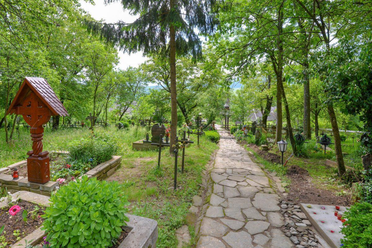 Nach dem Besuch der Holzkirche von Deseşti lohnt es sich die friedliche Stimmung der umliegenden Natur auf sich wirken zu lassen, Rumänien - © FRASHO / franks-travelbox