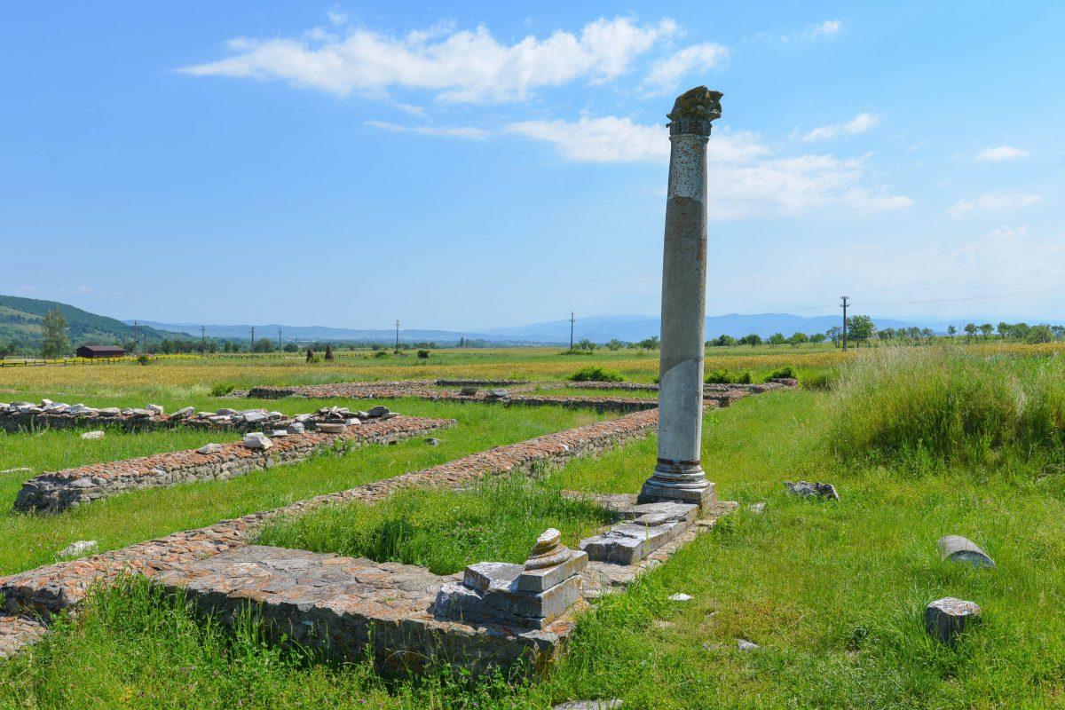 Die letzte aufrechte Säule zeugt noch von der einstigen Größe des Großen Tempels in Ulpia Traiana Sarmizegetusa Regia, Rumänien - © FRASHO / franks-travelbox