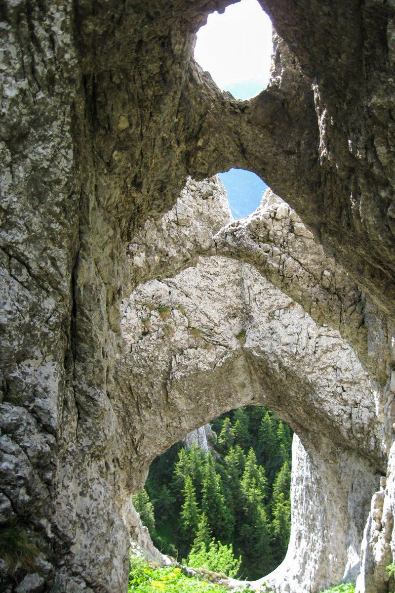 Die Kalksteinbögen von La Zaplaz zählen zu den bekanntesten und spektakulärsten Felsformationen im Nationalpark Piatra Craiului, Rumänien - © Amorphisman CC BY-SA3.0/W