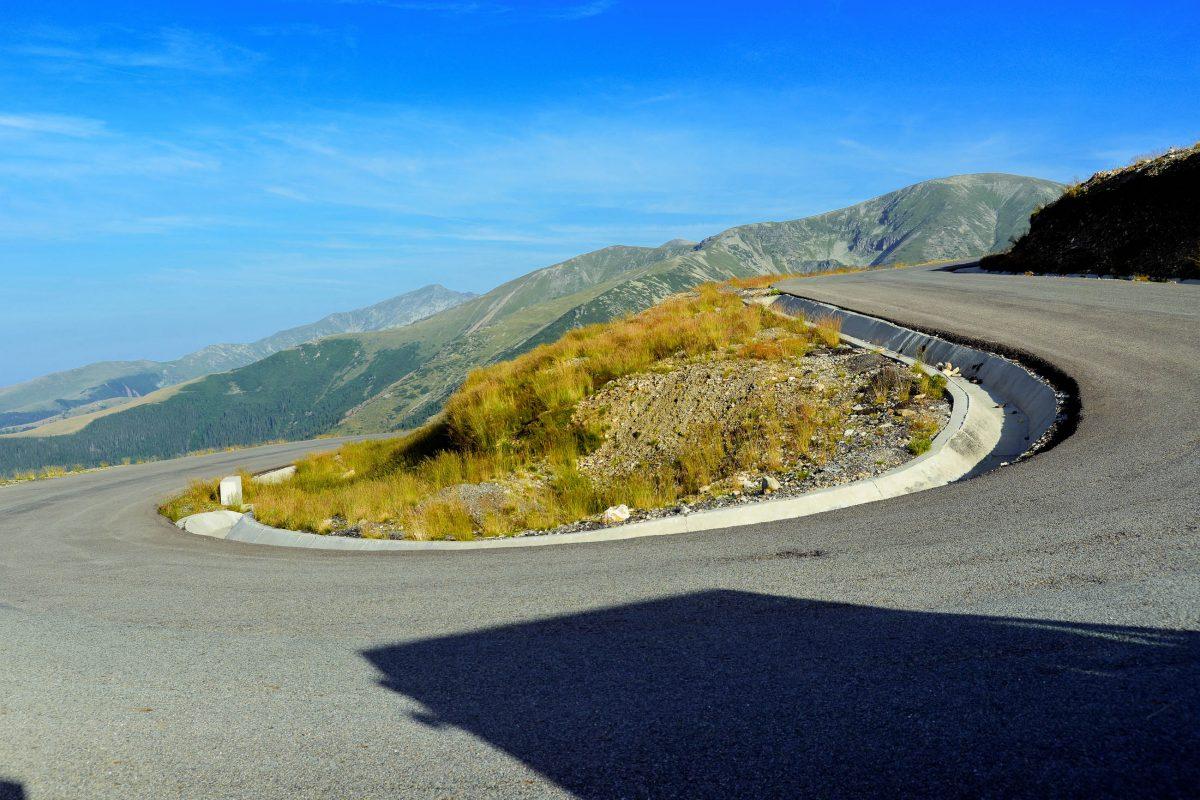 Die Panoramastraße Transalpina windet sich in teils sehr steilen und engen Kurven bis auf 2.145 Meter, Rumänien - © FRASHO / franks-travelbox