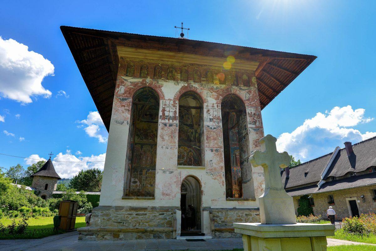 Die prächtigen Malereien an der Ostfassade des Klosters Moldovița sind durch die Verwitterung kaum noch zu erkennen, Rumänien - © FRASHO / franks-travelbox