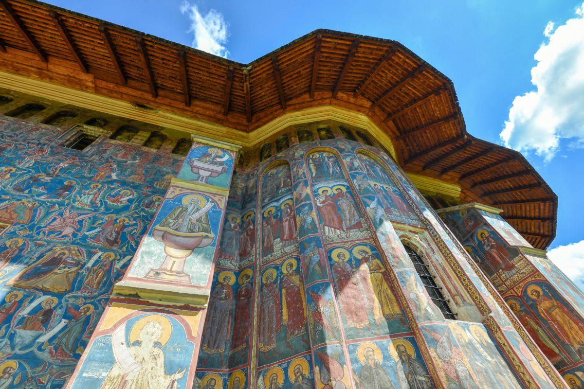 Die Rundungen der Apsis des Klosters Moldovița, Rumänien, zieren Propheten, Heilige, Mönche und Apostel - © FRASHO / franks-travelbox