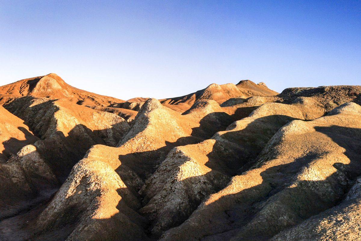 Die Schlammvulkane bei Berca im Osten Rumäniens sind Löcher oder Kegel im Boden, aus denen Erdgas Schlamm und Ton nach oben befördert und so eine spektakuläre Mondlandschaft geschaffen hat - © Horia Bogdan / Shutterstock