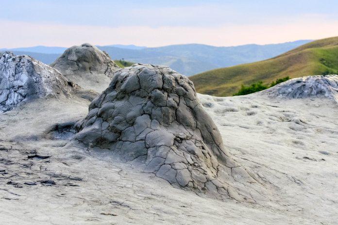 Die Schlammvulkane von Berca kann man sich als Mini-Vulkane vorstellen, deren Vulkankegel etwas über dem Erdboden aufragt und einige Meter breit sind, Rumänien  - © Anky / Shutterstock