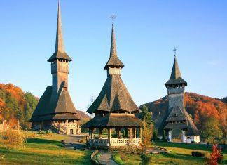 Drei Holzkirchen aus dem 17. und 18. Jahrhundert in der Ortschaft Bârsana in der Region Maramureș, Rumänien - © Rechitan Sorin / Shutterstock