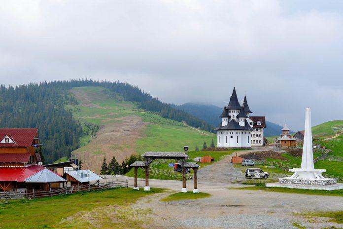 Ein malerisches Kloster bezeichnet auf dem Prislop-Pass in den Karpaten den höchsten Straßenpunkt zwischen Maramureș und Bukowina, Rumänien - © FRASHO / franks-travelbox