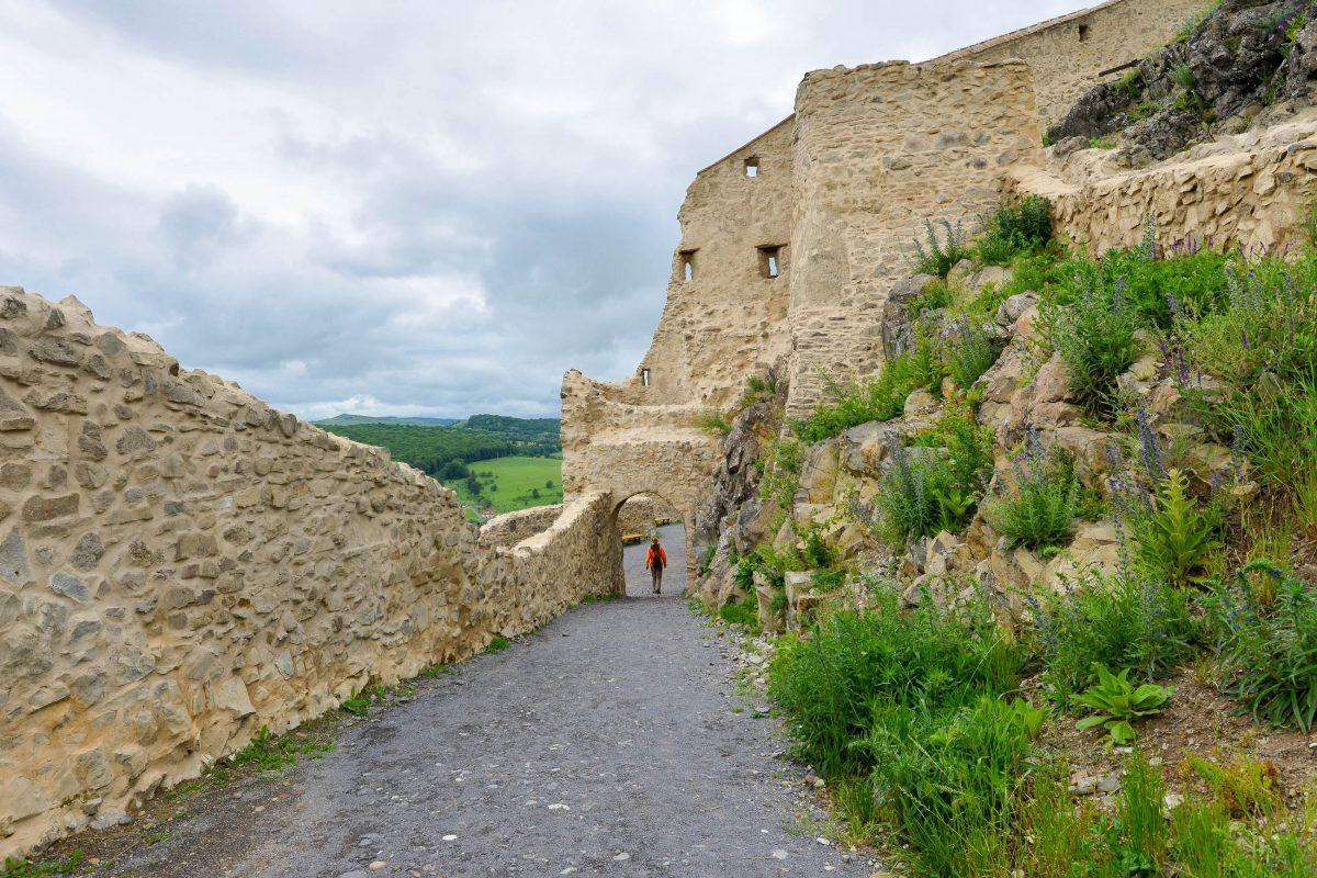 Ein Spaziergang durch die jahrhundertealten Mauern der Festung von Rupea in Rumänien hinterlässt einen bleibenden Eindruck - © FRASHO / franks-travelbox