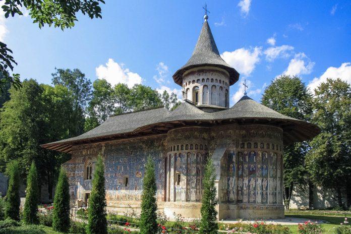 Eines der schönsten Moldauklöster, das Kloster Voronet in der südlichen Bukowina in Rumänien - © Rudolf Tepfenhart / Fotolia