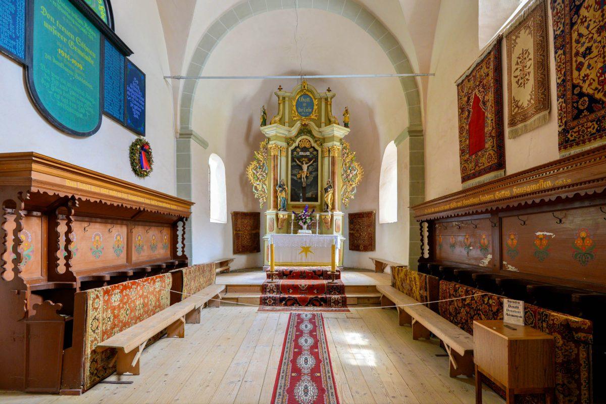 Der goldene Barockaltar und die orientalischen Teppiche sind im Inneren der Kirchenburg von Hărman sehenswert, Rumänien - © FRASHO / franks-travelbox