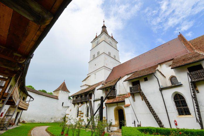 Die gewaltige Kirchenburg in Hărman ist eine der besterhaltenen Kirchenburgen Rumäniens und hat einige bauliche Besonderheiten zu bieten - © FRASHO / franks-travelbox