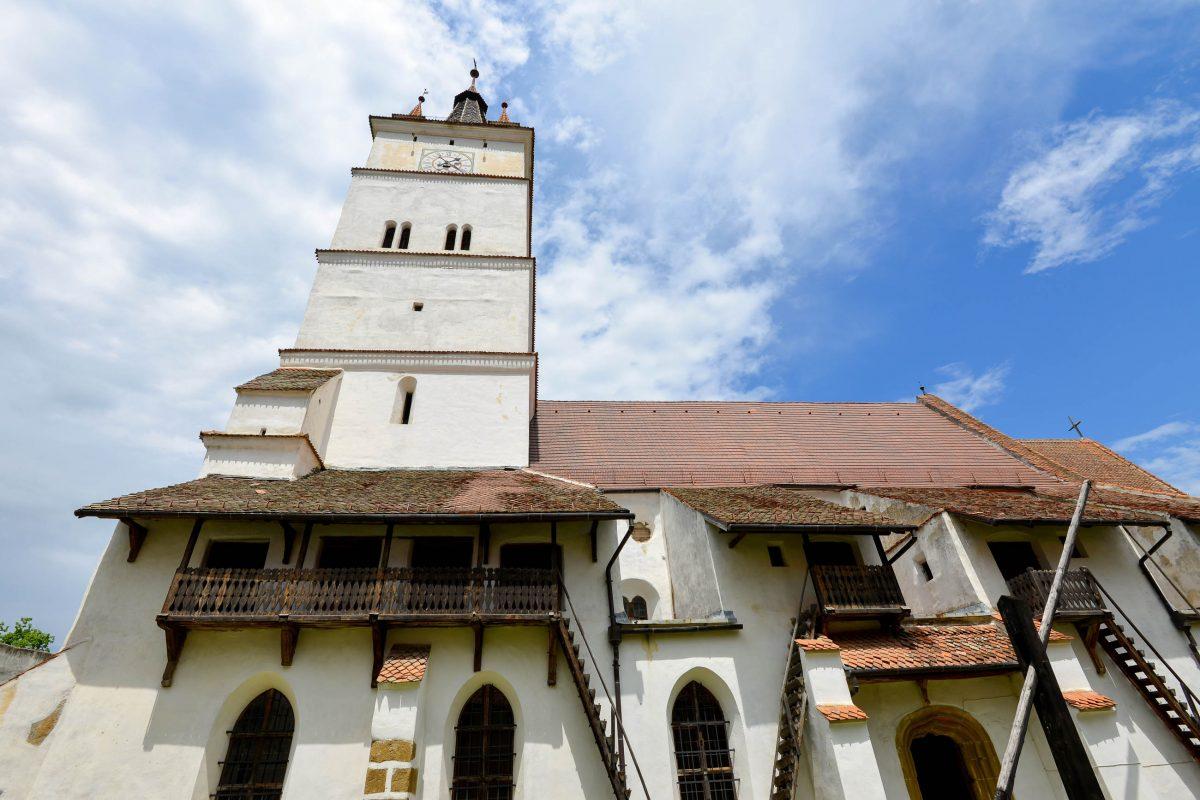 Die Vorratskammern an der Fassade der Kirchenburg von Hărman können noch heute über hölzerne Treppen betreten werden, Rumänien - © FRASHO / franks-travelbox