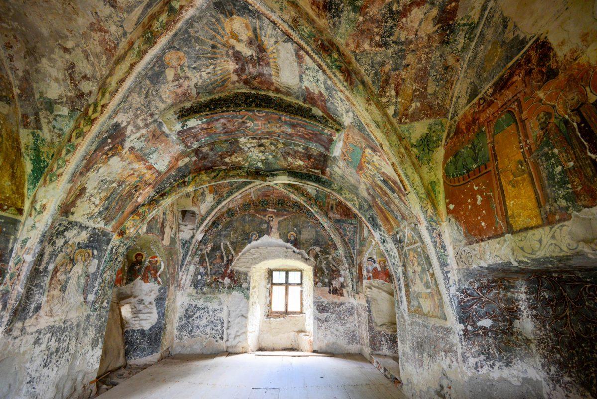 Im einzigen Turm mit Pultdach der Kirchenburg von Hărman verbirgt sich eine Kapelle mit spektakulären Fresken, Rumänien - © FRASHO / franks-travelbox
