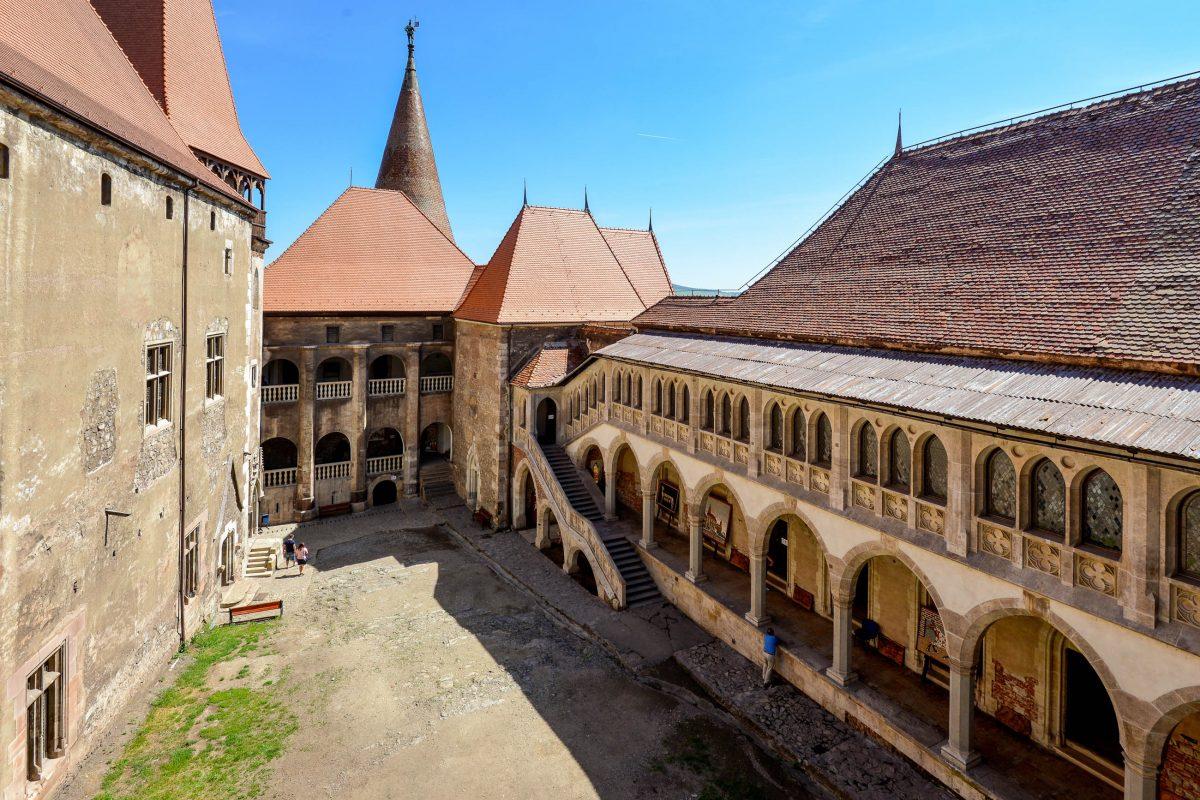 Das Hauptportal führt direkt in den Innenhof der Burg von Hunedoara, der von zahlreichen Wohn- und Repräsentationsbauten umrahmt wird, Rumänien - © FRASHO / franks-travelbox