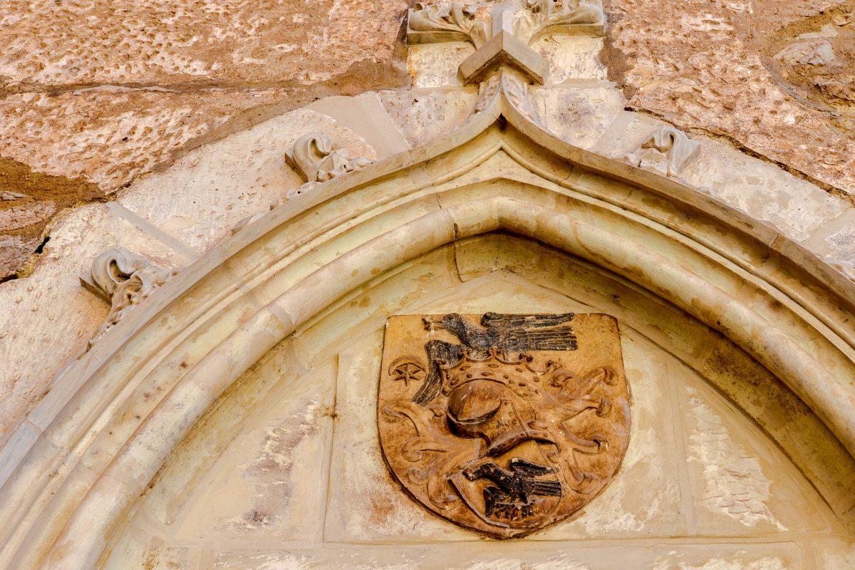 Das Wappen von Matthias Corvinus, der Rabe mit dem Ring im Schnabel, ist an vielen Stellen der Burg von Hunedoara zu finden, Rumänien - © FRASHO / franks-travelbox