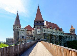 Die eindrucksvolle Burg von Hunedoara erfüllt mit Türmen, Zinnen, Burggraben und Rittersaal alle Anforderungen einer mittelalterlichen Ritterburg, Rumänien - © FRASHO / franks-travelbox