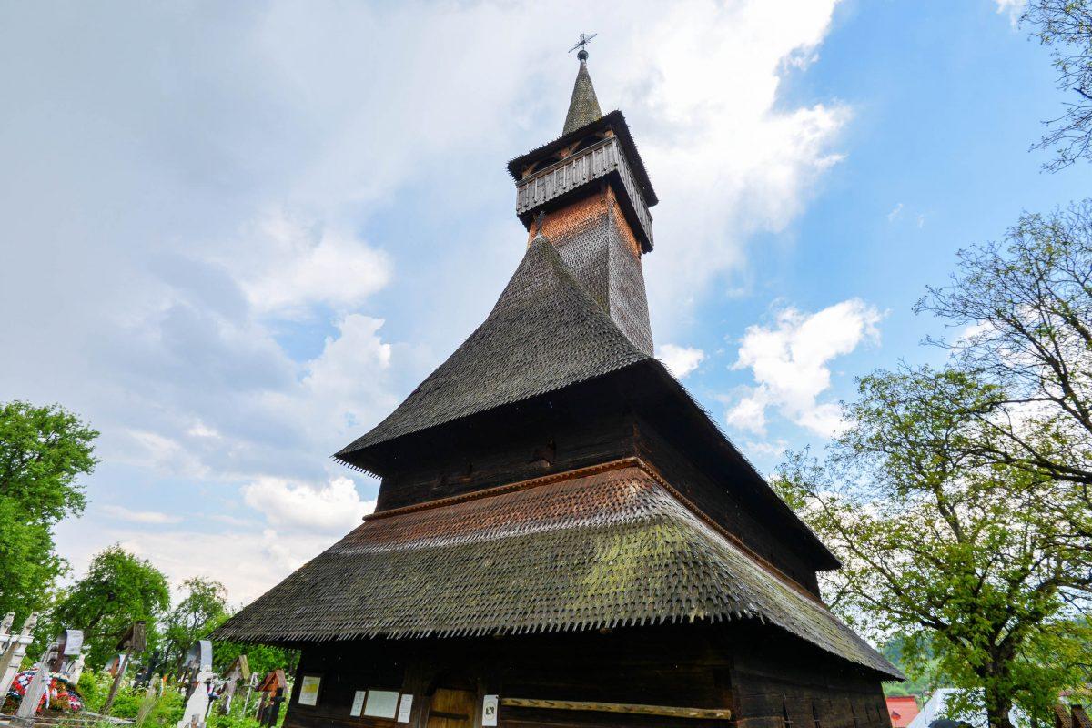Auf einem Hügel inmitten üppiger Vegetation liegt die Holzkirche von Ieud, eine der schönsten und die älteste Holzkirche der Maramureș, Rumänien - © FRASHO / franks-travelbox