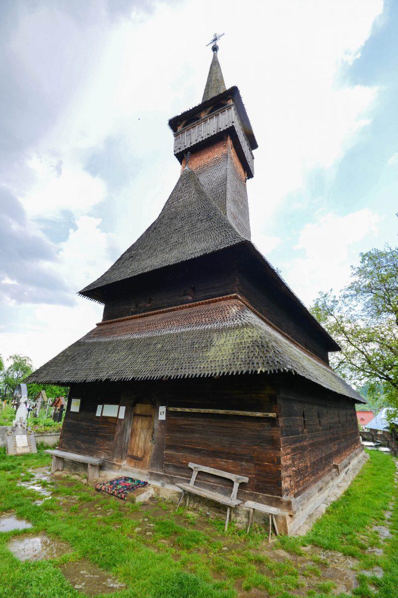 Die Kirche von Ieud in Rumänien liegt etwas außerhalb inmitten üppiger Vegetation und einem kleinen Friedhof - © FRASHO / franks-travelbox