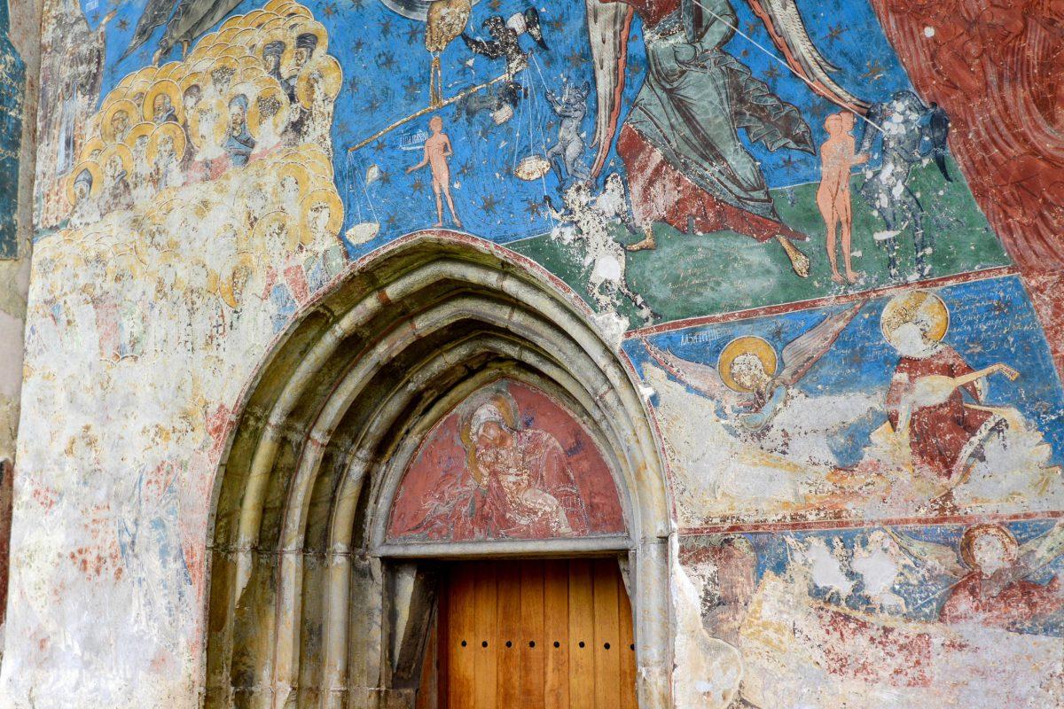 Im Inneren des Humor-Klosters beeindrucken im Vorraum Darstellungen des Kirchenkalenders mit Abbildungen von Heiligen und Märtyrern, Rumänien - © FRASHO / franks-travelbox